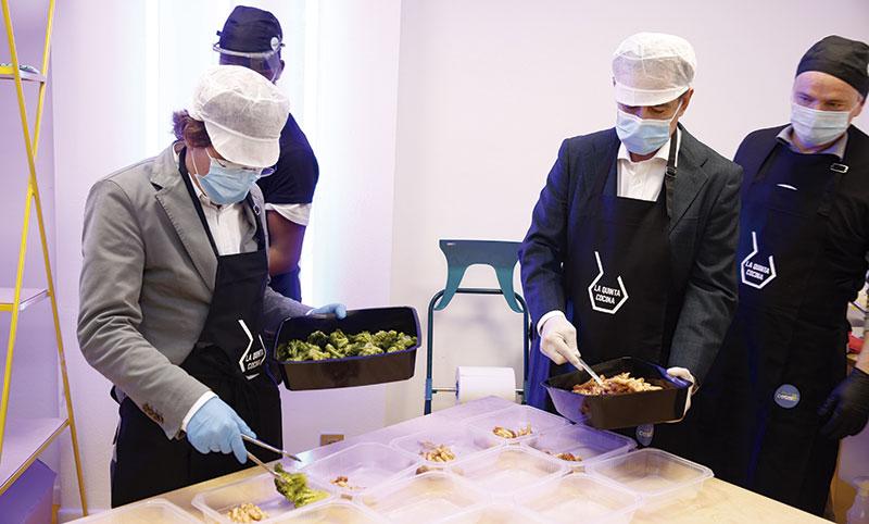 Antonio Huertas y el alcalde de Madrid, José Luis Martínez Almeida, colaboran en la preparación de los platos de un proyecto para ofrecer 1.000 comidas diarias en el distrito de Villaverde, para el que Fundación Mapfre ha donado 150.000 euros. Foto: Mapfre