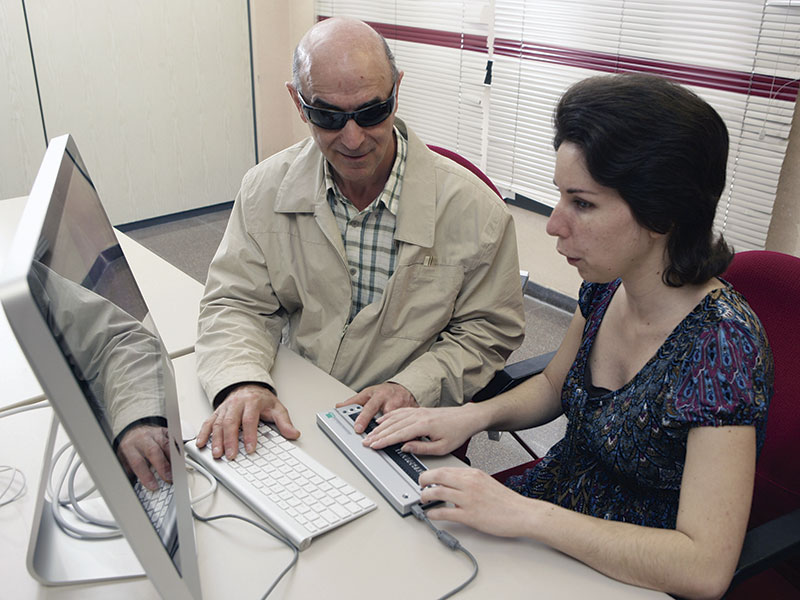 Personas afiliadas trabajando con el ordenador. Foto: Cedida
