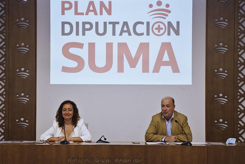 La vicepresidenta segunda, Virginia Borrallo, y el diputado Lorenzo Molina presentan la línea de subvenciones destinada a empresas y autónomos. Foto: Diputación de Badajoz