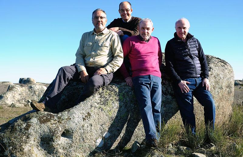 Óscar de San Macario, José Antonio Ramos, Julio Esteban y Martín Almagro, junto a su descubrimiento. Foto: Cedida