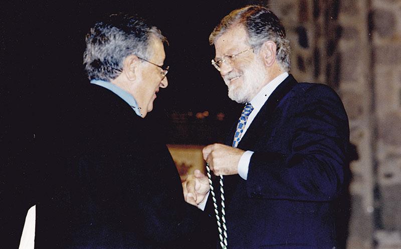 Juan Carlos Rodríguez Ibarra impone la Medalla de Extremadura a Manuel Martínez-Mediero en 1999. Foto: Cedida