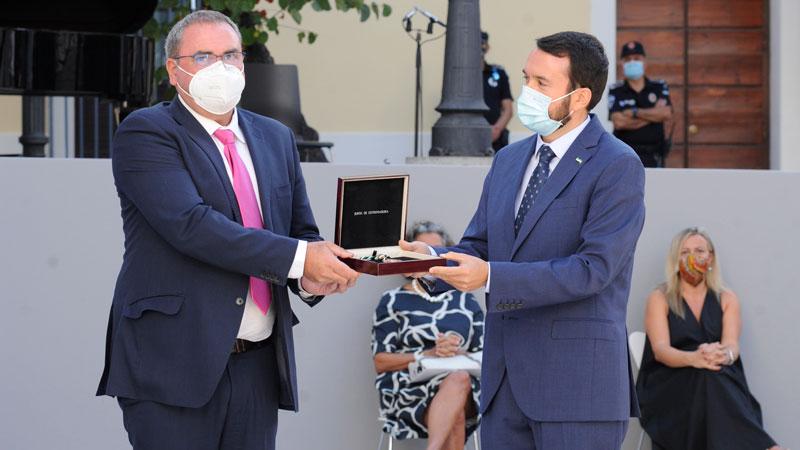 El presidente de Cooperativas Agroalimentarias, Ángel Juan Pacheco, entrega la Medalla al presidente de la Federación Extremeña de Municipios y Provincias de Extremadura (Fempex), Francisco Buenavista. Foto: Asamblea de Extremadura