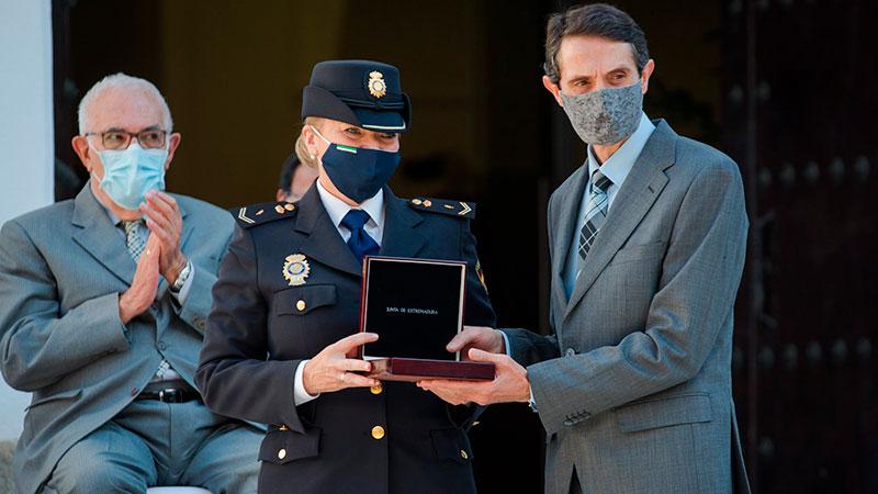 El trabajador de la cadena multinacional de supermercados Eurospar Manuel Amadeo recoge la Medalla de manos de la agente del Cuerpo Nacional de Policía María Jesús Lianes. Foto: Junta de Extremadura