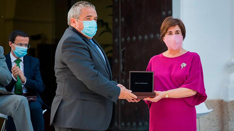 El rector de la Universidad de Extremadura, Antonio Hidalgo, entrega la Medalla a la profesora de Lengua y Literatura Marcela Dolores Rivero. Foto: Junta de Extremadura