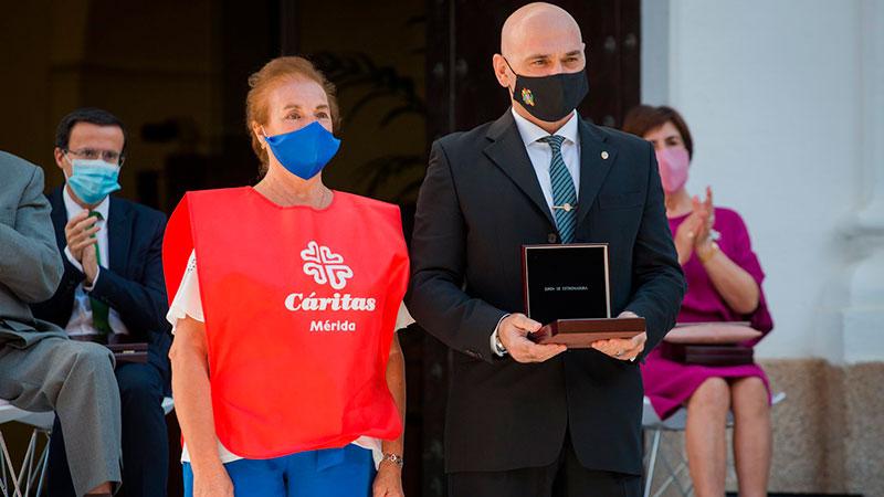 La voluntaria de Cáritas Carmen Santamaría entrega la Medalla al funcionario de Prisiones Francisco Javier Rodríguez. Foto. Junta de Extremadura
