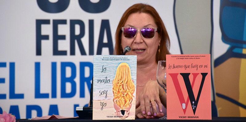 Vicky Hernán, con sus dos publicaciones. Foto: Javi Meléndez