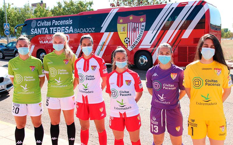 Jugadoras del Civitas Santa Teresa, con las equipaciones de este año, y al fondo el autobús del equipo. Foto: Cedida