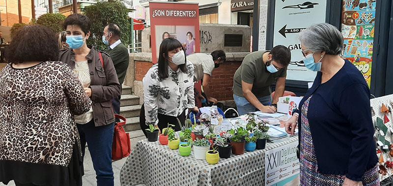 Susana Fajardo, a la izquierda, departiendo con los voluntarios de Feafes en su mesa informativa. Foto: Ayuntamiento de Mérida