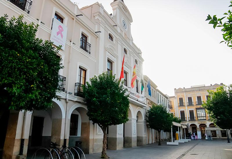 Fachada del Ayuntamiento de Mérida con el lazo rosa. Foto: Cedida