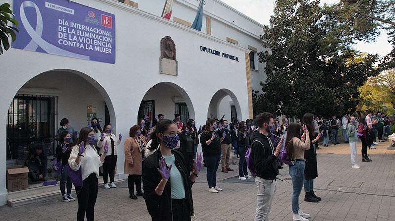 Concentración en la entrada de la Residencia Universitaria Hernán Cortés. Foto: Diputación de Badajoz