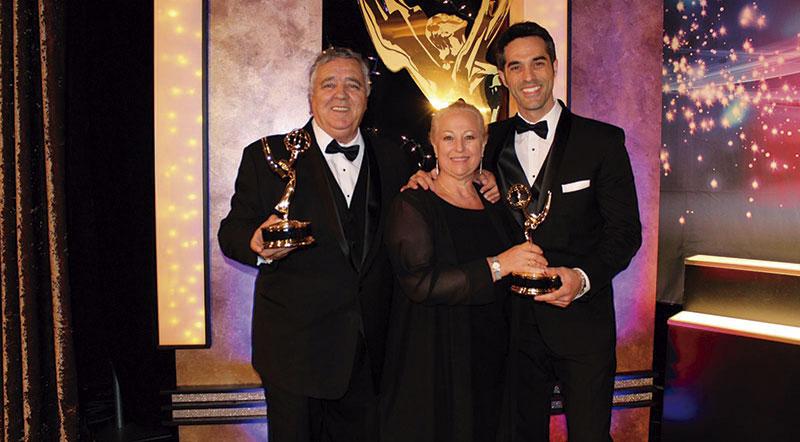 Con sus padres, en la gala de los Emmy en Hollywood. Foto: Cedida