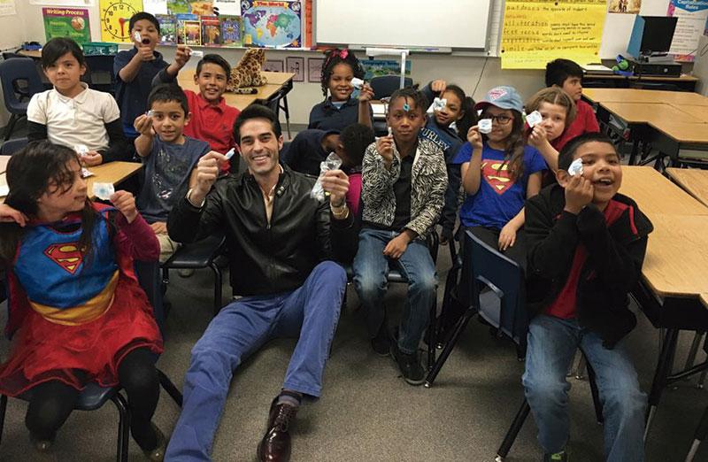 En un colegio durante una campana nacional de lectura, entregando caramelos de la Mártir a los estudiantes. Foto: Cedida