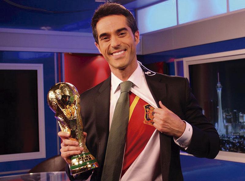 Con la camiseta de la selección española y la Copa del Mundo. Foto: Cedida