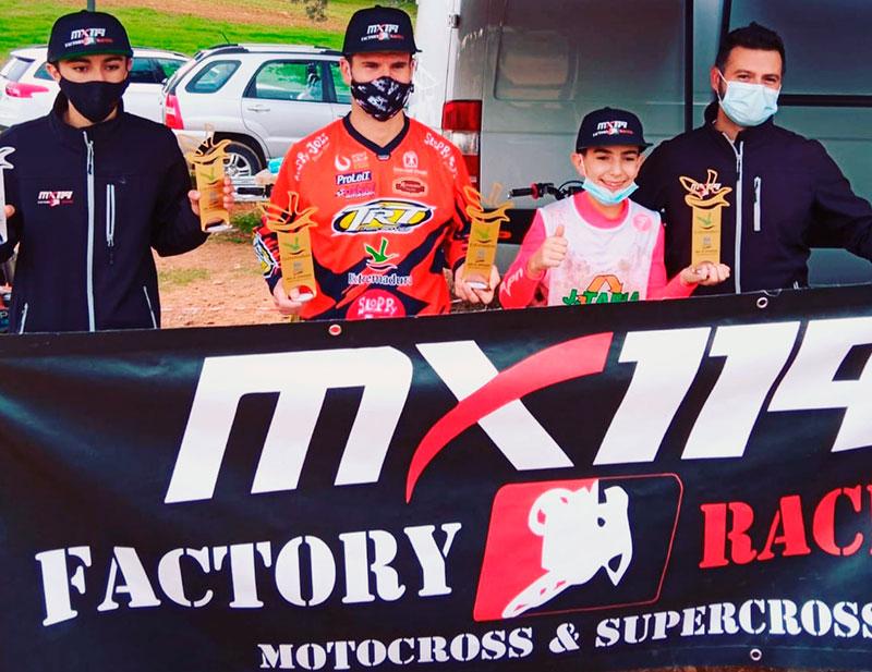 A la izquierda, Mario Moreno, de Talayuela, campeón de Extremadura Mx Sub18; Jonathan Márquez, de Badajoz, subcampeón de España de Master35; y Samuel Tapia, de Miajadas, subcampeón de España de Mx65. Foto: Cedida