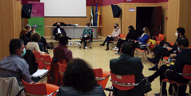 Reunión con algunos de los artistas que participarán en 'Cáceres Abierto'. Foto: Cedida