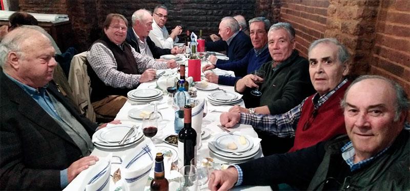 En un restaurante de Campomayor Miguel Celdrán está acompañado por Luis Martínez Giraldo, Alfonso Rodríguez, Pedro Rubio, Jesús Muñoz, Paco Botana, Luis Grajera, Julian Leal, Juan Pablo Carrasco y Miguel García Belmiro. Foto: Avilio Vinuesa.