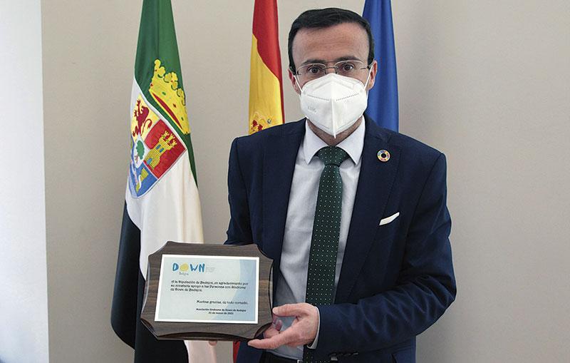 Down Badajoz entrega un reconocimiento a la Diputación. Foto: Diputación de Badajoz