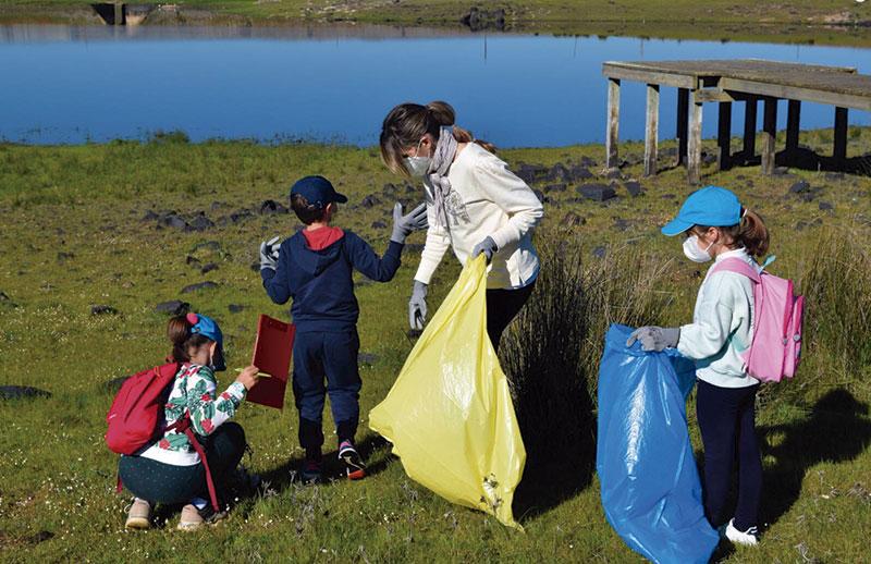 Promedio organiza una retirada de basura de orillas de ríos y embalses. Foto: Cedida