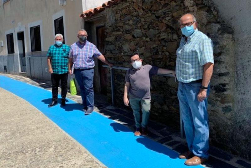 Detalle de la barandilla y el sendero azul para personas mayores y elementos de movilidad para personas con discapacidad, que forman parte del proyecto 'Quédate con nosotros'. Foto: Cedida