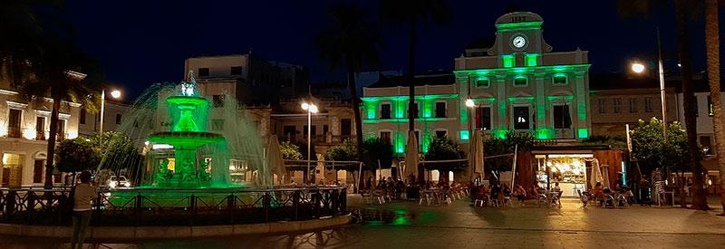 Entorno de la Plaza de España iluminada de verde. Foto: Ayuntamiento de Mérida