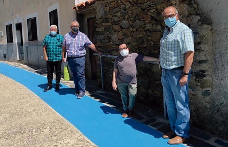 Visita de Jesús Martín a Pescueza para conocer sus iniciativas sobre accesibilidad. Foto: Cedida